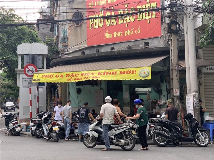 Quán bún, phở Hà Nội đông chật khách trong buổi sáng đầu tiên mở cửa trở lại-4