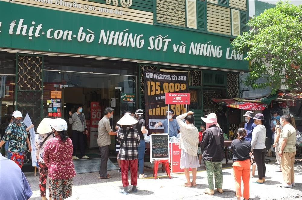 Hàng nghìn xuất cơm gà được phát miễn phí giữa lòng Sài Gòn-3