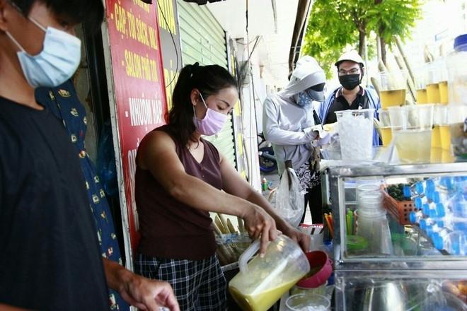 Nắng nóng, người dân kiếm tiền triệu nhờ bán nước giải khát-4