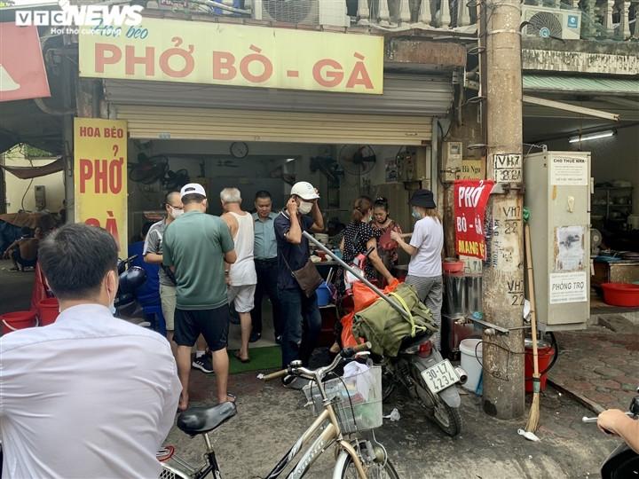 Quán bún, phở Hà Nội đông chật khách trong buổi sáng đầu tiên mở cửa trở lại-11