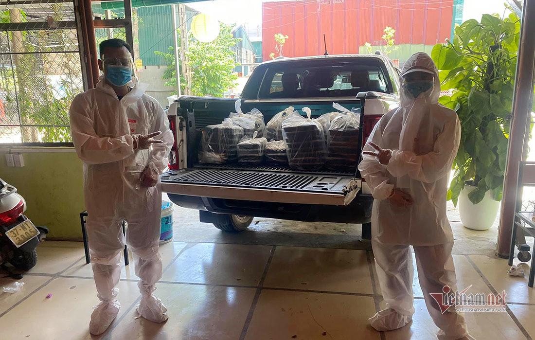 Vợ chồng trẻ ở Nghệ An nấu cả trăm suất cơm miễn phí cho lực lượng chống dịch-14