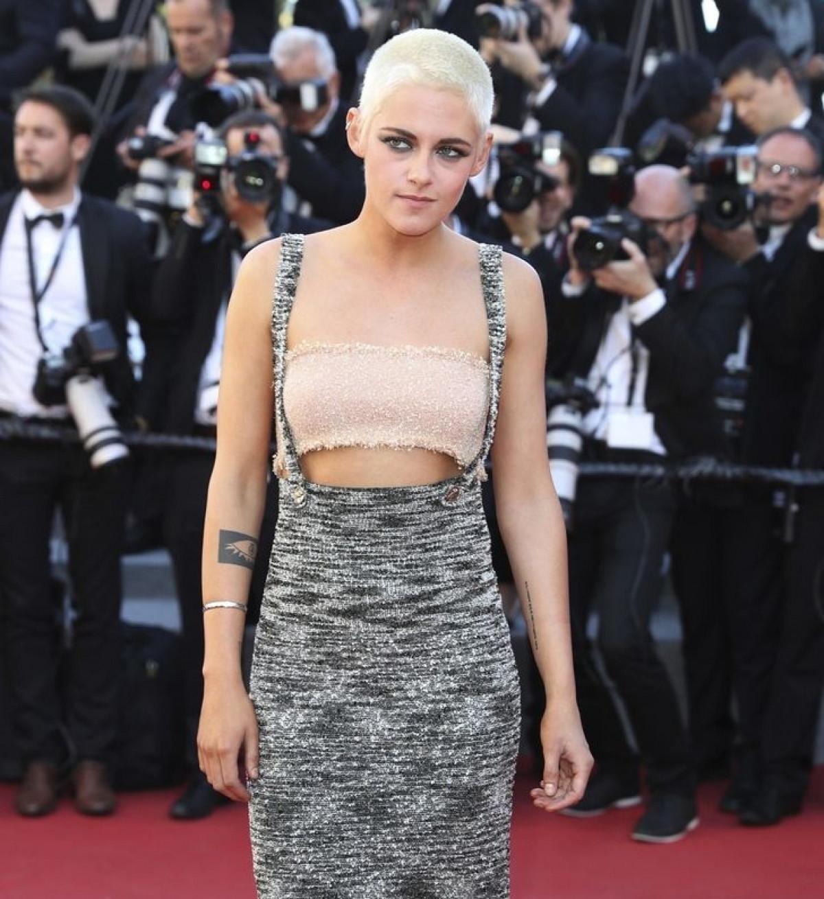 Sao Hollywood gây chú ý khi mặc đồ ngủ, đi chân đất lên thảm đỏ-8