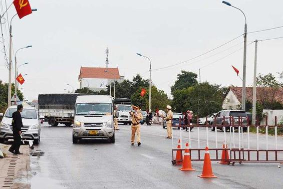 Gần 20 người trốn trong xe chở lợn trốn qua chốt kiểm soát tại Quảng Ninh-1