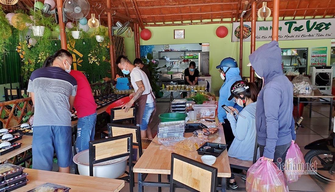 Vợ chồng trẻ ở Nghệ An nấu cả trăm suất cơm miễn phí cho lực lượng chống dịch-4