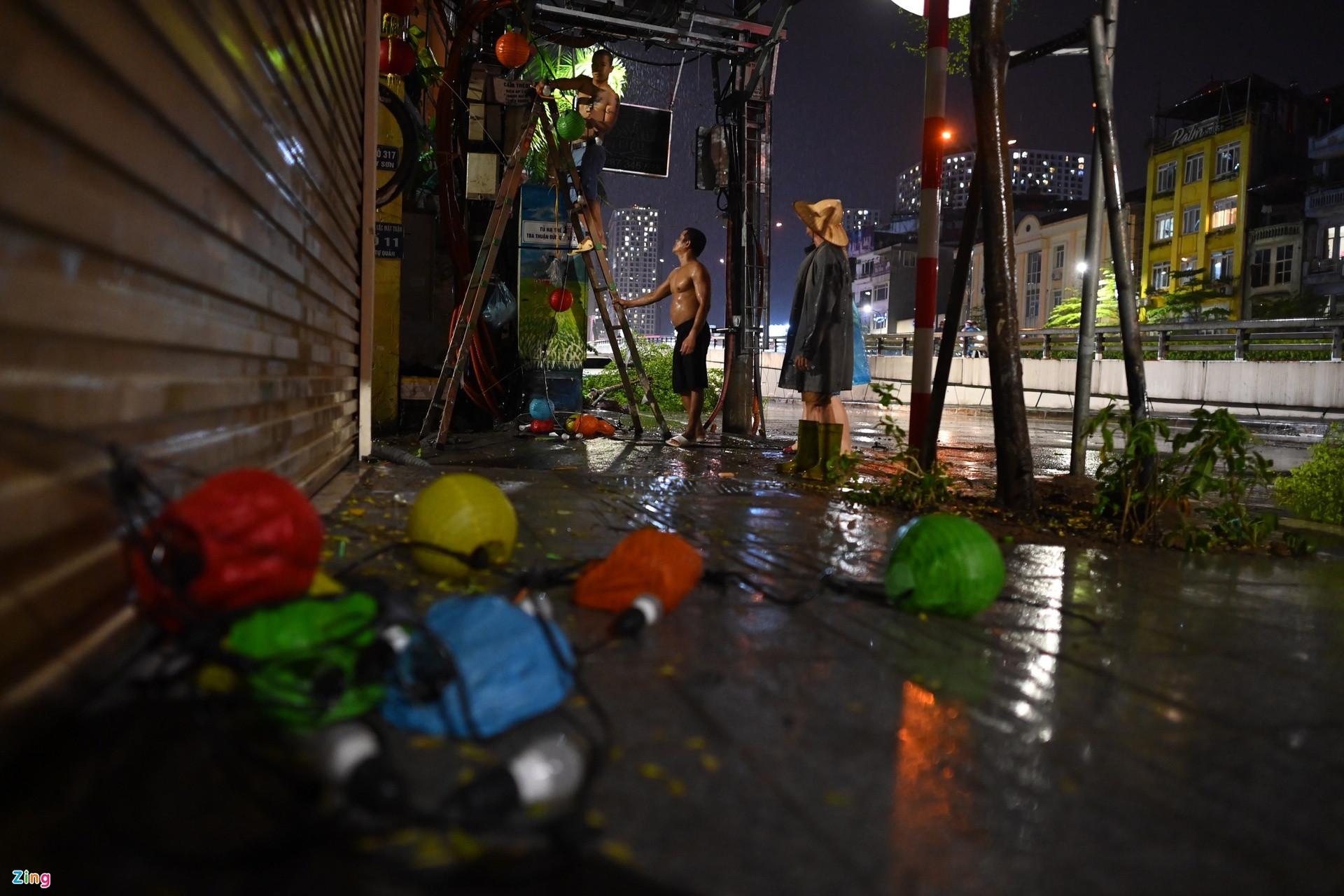 Mưa lớn, cây đổ khắp phố phường Hà Nội-9