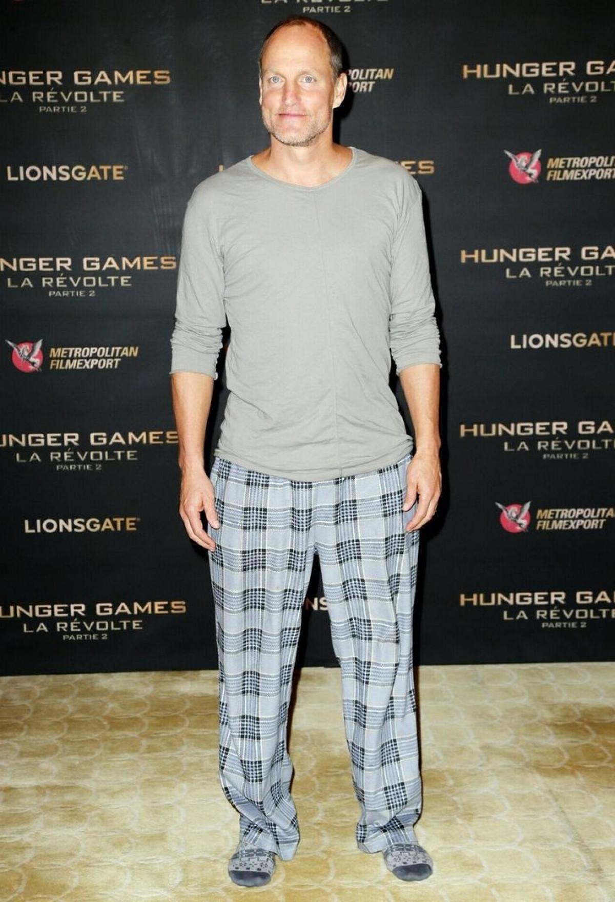 Sao Hollywood gây chú ý khi mặc đồ ngủ, đi chân đất lên thảm đỏ-3