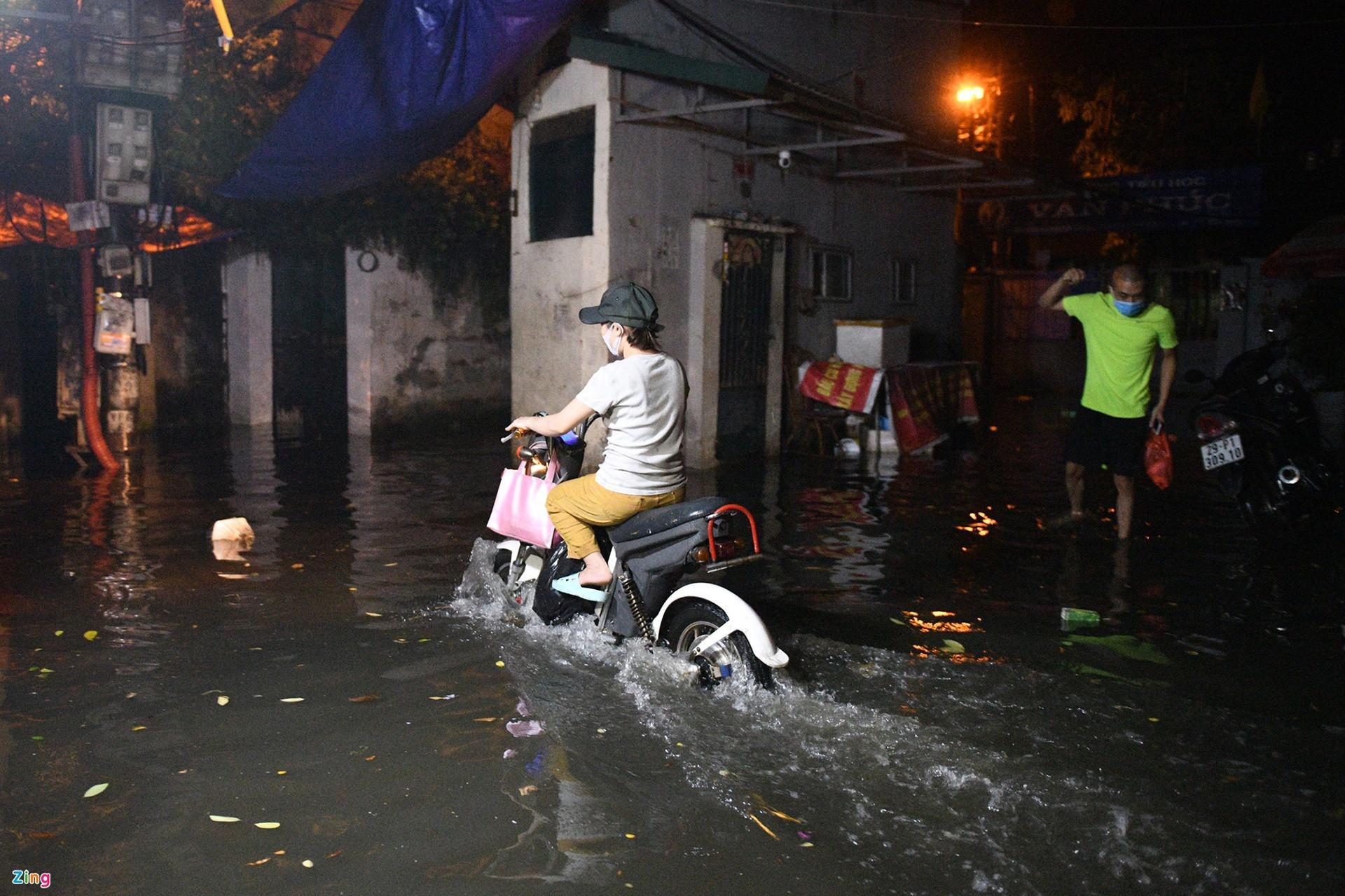 Mưa lớn, cây đổ khắp phố phường Hà Nội-4