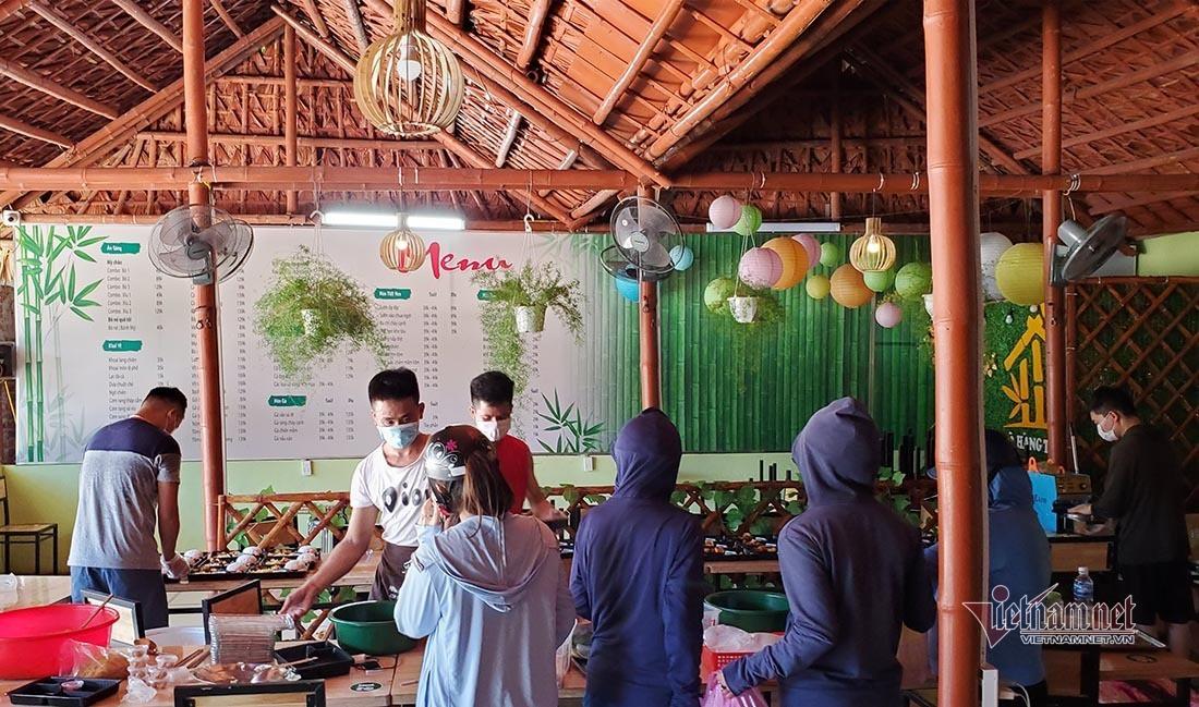 Vợ chồng trẻ ở Nghệ An nấu cả trăm suất cơm miễn phí cho lực lượng chống dịch-10
