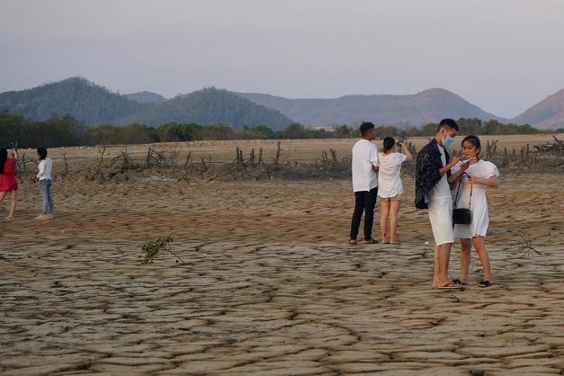 Khu đất khô nứt nẻ có gì hấp dẫn mà giới trẻ kéo nhau đến check in?-9