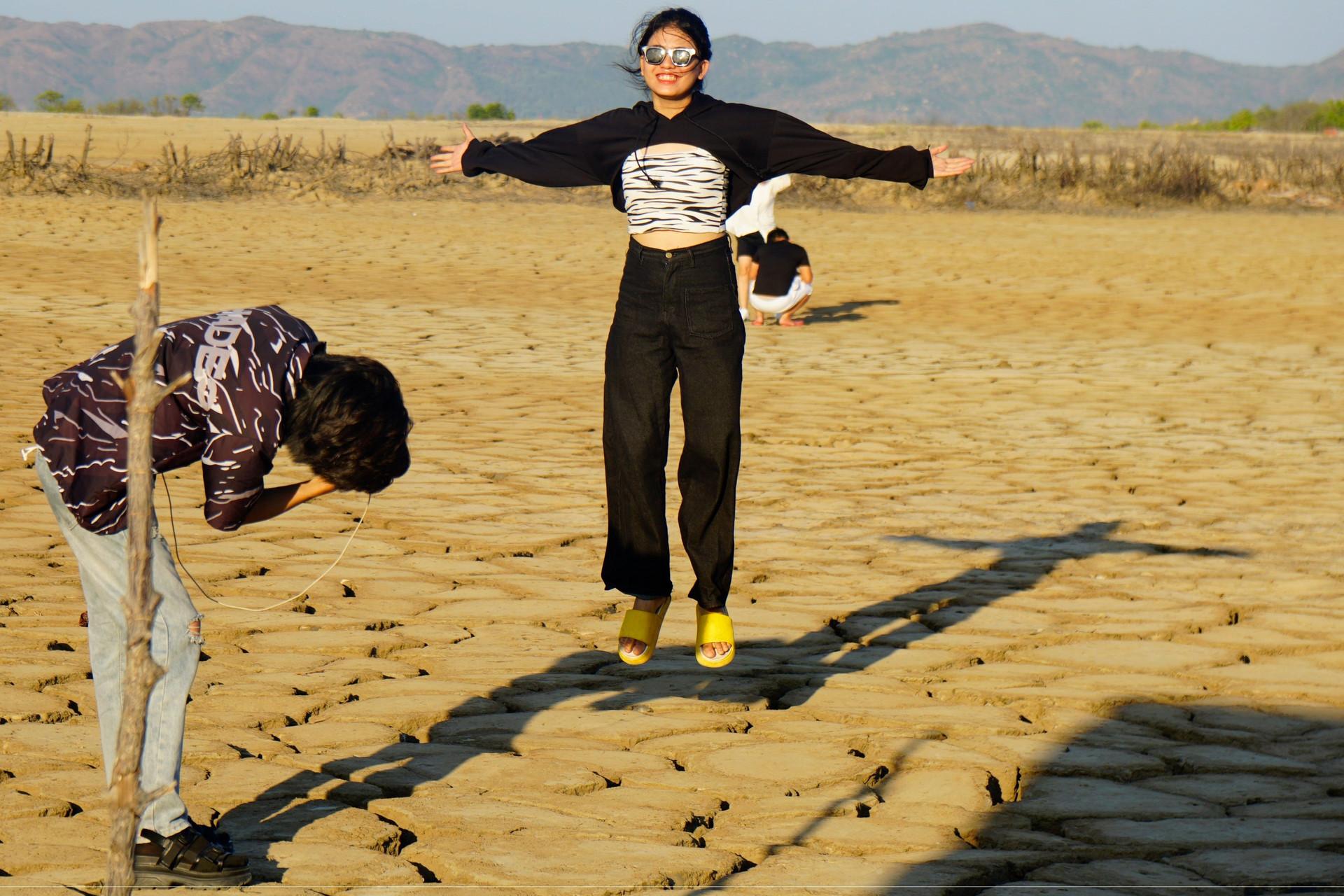 Khu đất khô nứt nẻ có gì hấp dẫn mà giới trẻ kéo nhau đến check in?-1
