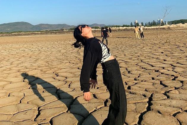 Khu đất khô nứt nẻ có gì hấp dẫn mà giới trẻ kéo nhau đến check in?-10