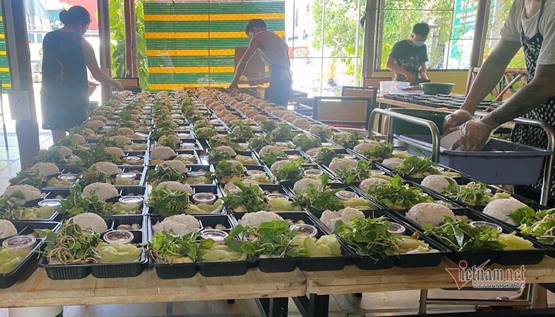 Vợ chồng trẻ ở Nghệ An nấu cả trăm suất cơm miễn phí cho lực lượng chống dịch-8