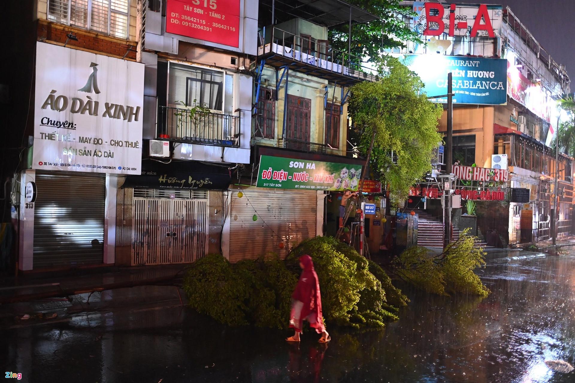 Mưa lớn, cây đổ khắp phố phường Hà Nội-7