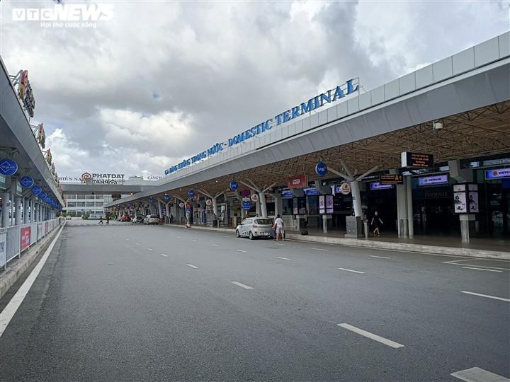 Ảnh: Sân bay lại vắng tanh, bến xe ở TP.HCM thành nơi trung chuyển hàng hoá-1