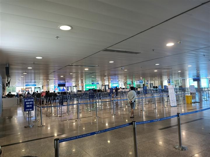 Ảnh: Sân bay lại vắng tanh, bến xe ở TP.HCM thành nơi trung chuyển hàng hoá-5