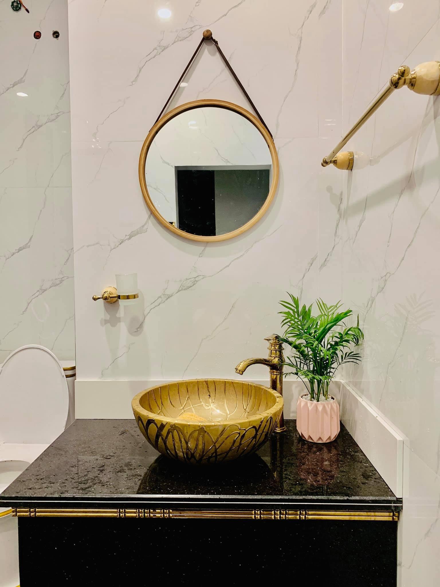 Phòng tắm lộ thiên, mái là giàn cây leo xanh mát trong ngôi nhà hộp 1 tầng-32