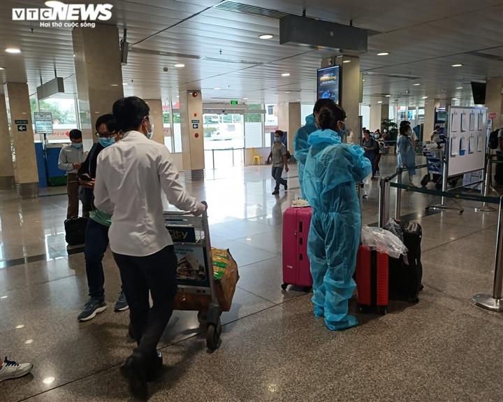 Ảnh: Sân bay lại vắng tanh, bến xe ở TP.HCM thành nơi trung chuyển hàng hoá-6