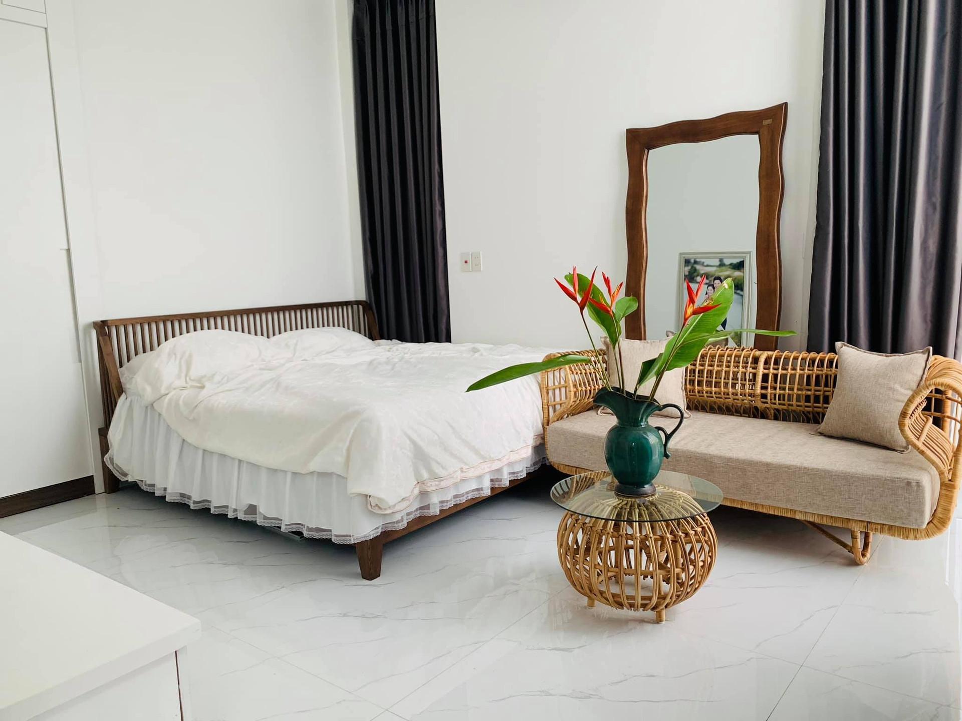 Phòng tắm lộ thiên, mái là giàn cây leo xanh mát trong ngôi nhà hộp 1 tầng-30