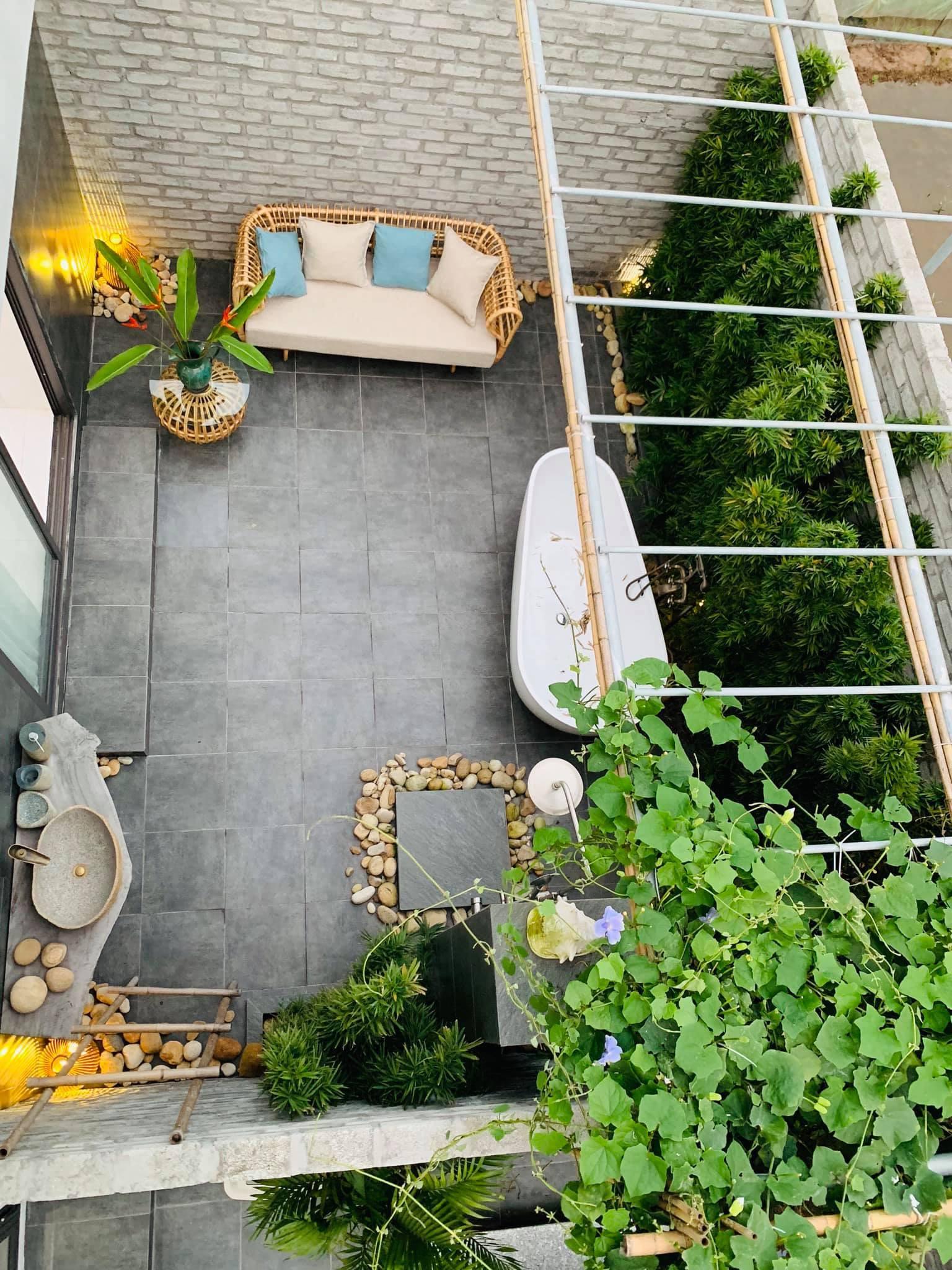 Phòng tắm lộ thiên, mái là giàn cây leo xanh mát trong ngôi nhà hộp 1 tầng-17