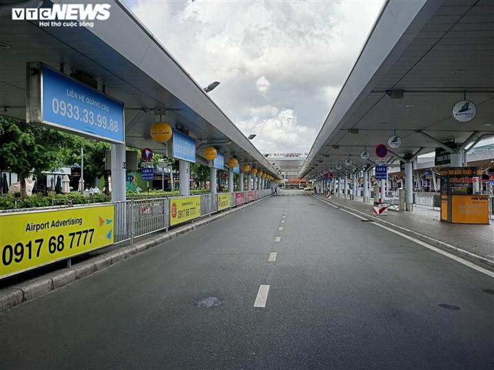 Ảnh: Sân bay lại vắng tanh, bến xe ở TP.HCM thành nơi trung chuyển hàng hoá-2