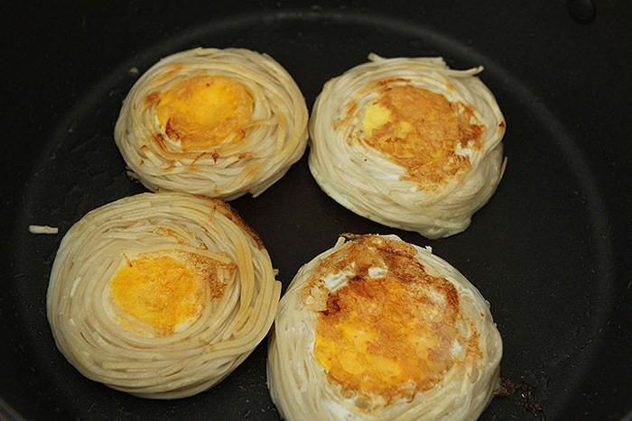 Mì nấu nước ăn mãi cũng chán, đem nướng kiểu này được món ăn sáng sang như nhà hàng-6