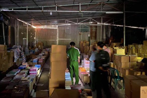 Bắt 2 giám đốc cùng nhiều nhân viên, thu giữ hơn 3 triệu cuốn sách giả-1