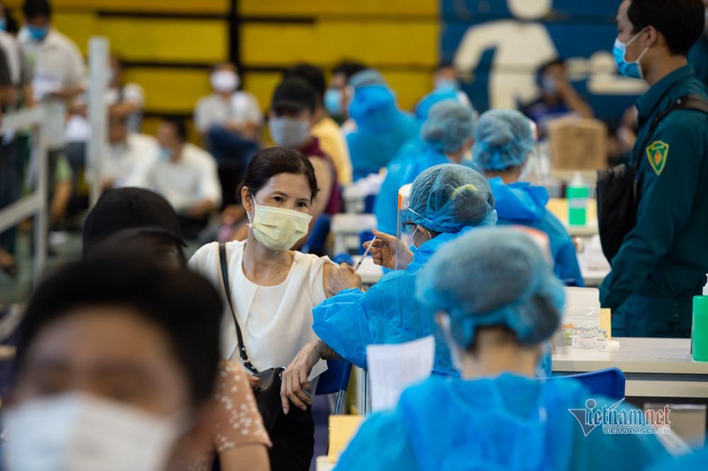 Xếp hàng trùng trùng lớp lớp ở điểm tiêm vắc xin lớn nhất TP.HCM-13