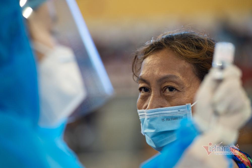 Xếp hàng trùng trùng lớp lớp ở điểm tiêm vắc xin lớn nhất TP.HCM-14