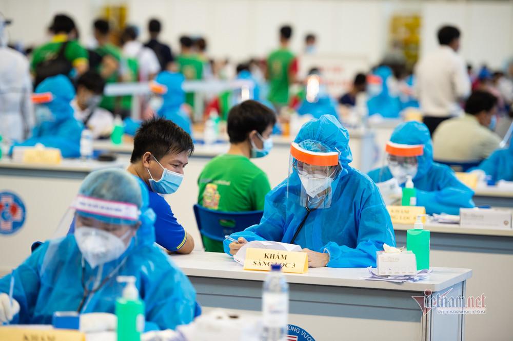 Xếp hàng trùng trùng lớp lớp ở điểm tiêm vắc xin lớn nhất TP.HCM-10
