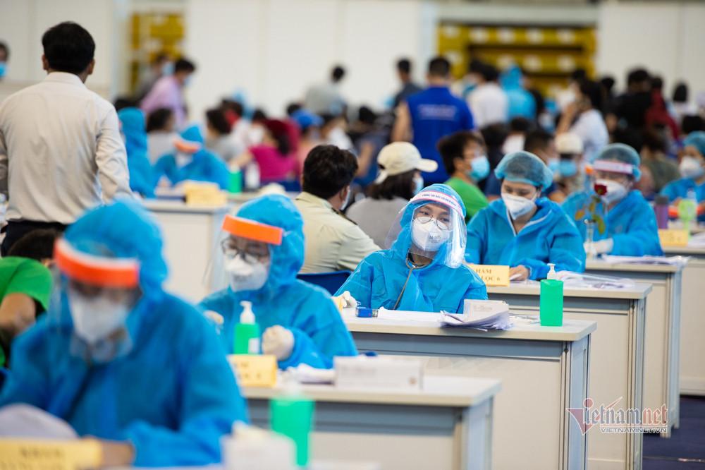 Xếp hàng trùng trùng lớp lớp ở điểm tiêm vắc xin lớn nhất TP.HCM-17