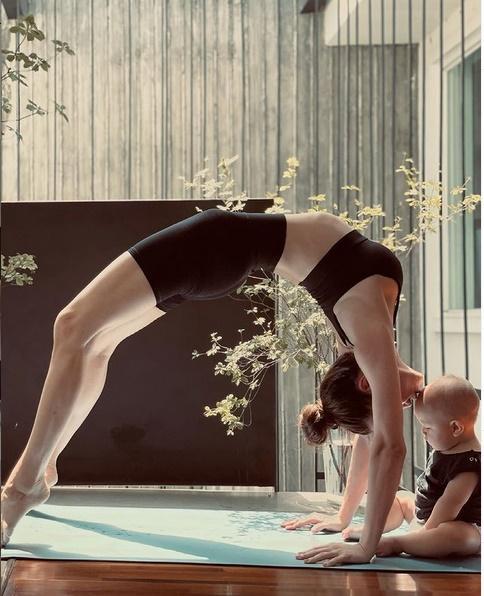 Bị soi bụng mỡ, Hồ Ngọc Hà dằn mặt bằng loạt hình yoga với Leon-3