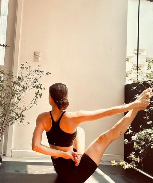 Bị soi bụng mỡ, Hồ Ngọc Hà dằn mặt bằng loạt hình yoga với Leon-6