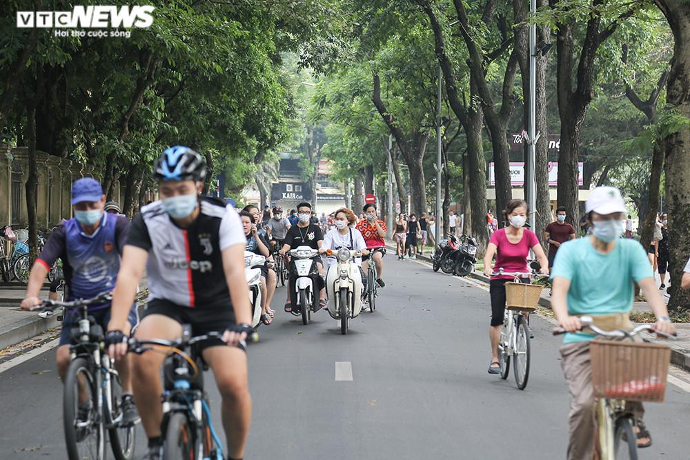 Người Hà Nội ra đường tập thể dục, nghiêm túc phòng dịch sau ngày giãn cách  - 1