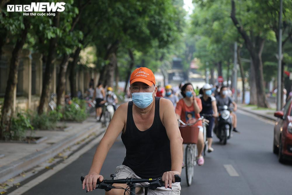 Người Hà Nội ra đường tập thể dục, nghiêm túc phòng dịch sau ngày giãn cách  - 8