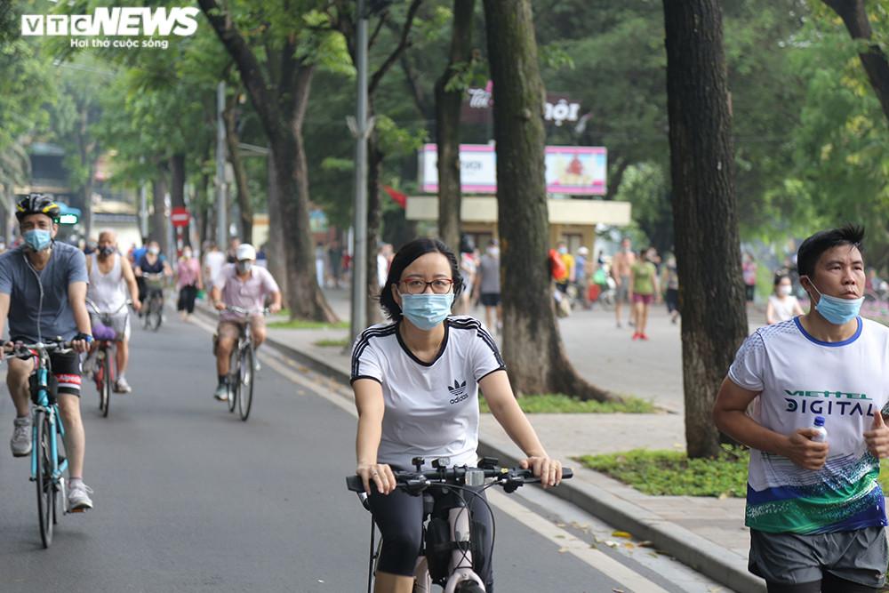 Người Hà Nội ra đường tập thể dục, nghiêm túc phòng dịch sau ngày giãn cách  - 9