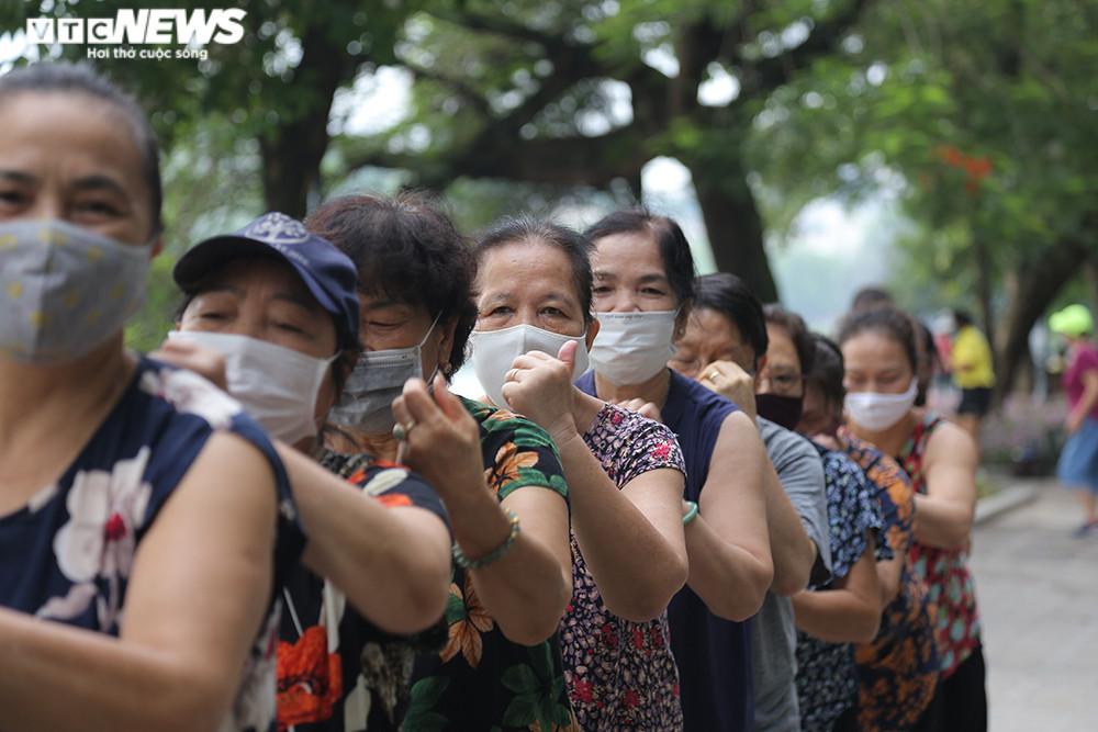 Người Hà Nội ra đường tập thể dục, nghiêm túc phòng dịch sau ngày giãn cách  - 10