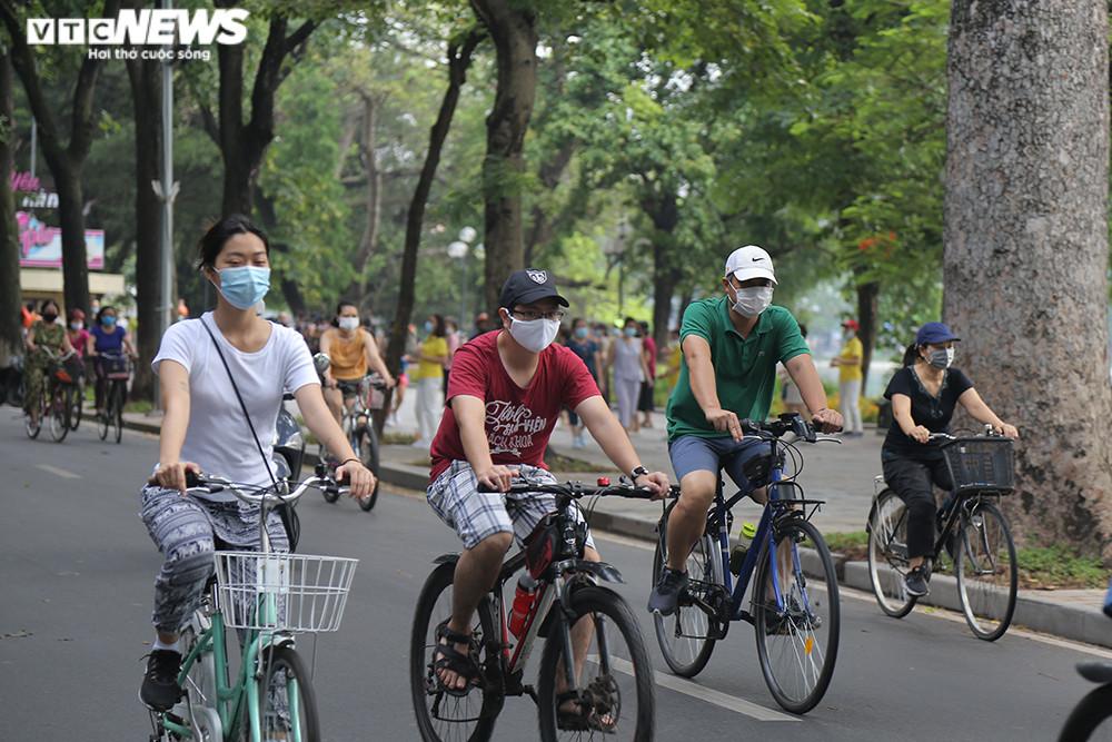 Người Hà Nội ra đường tập thể dục, nghiêm túc phòng dịch sau ngày giãn cách  - 11