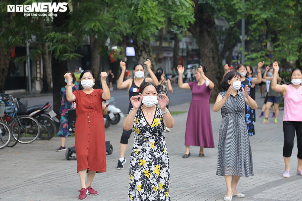 Người Hà Nội ra đường tập thể dục, nghiêm túc phòng dịch sau ngày giãn cách  - 2