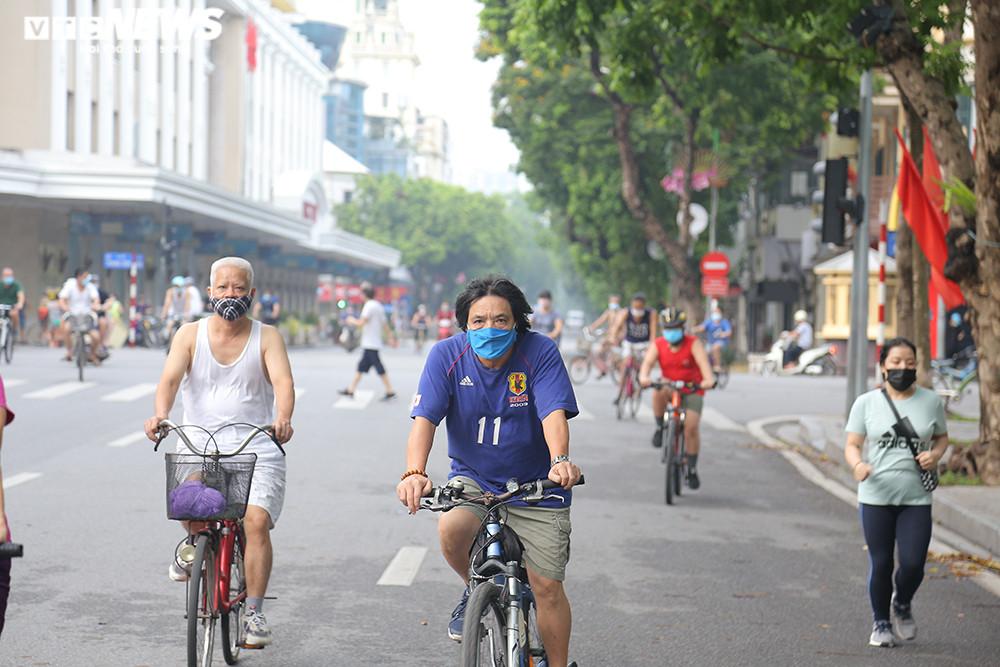 Người Hà Nội ra đường tập thể dục, nghiêm túc phòng dịch sau ngày giãn cách  - 4