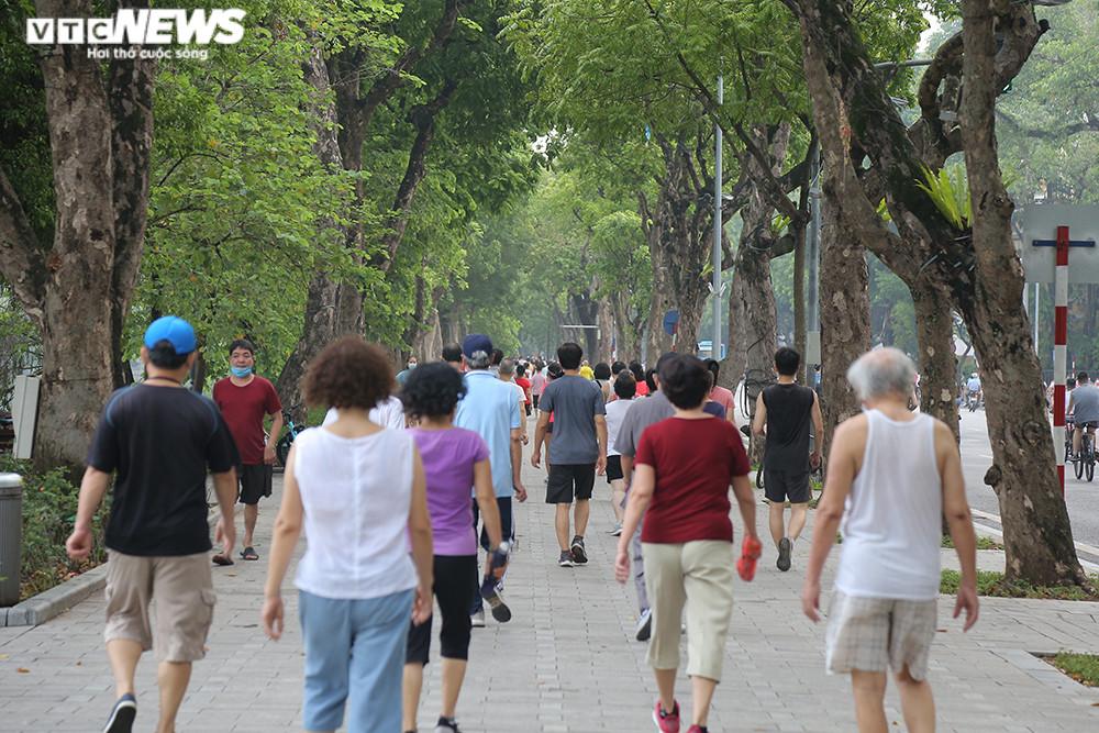 Người Hà Nội ra đường tập thể dục, nghiêm túc phòng dịch sau ngày giãn cách  - 7