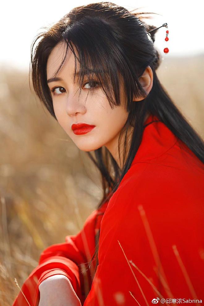 Vẻ nóng bỏng của nàng Chu Chỉ Nhược được so sánh với biểu tượng gợi cảm Hong Kong-1