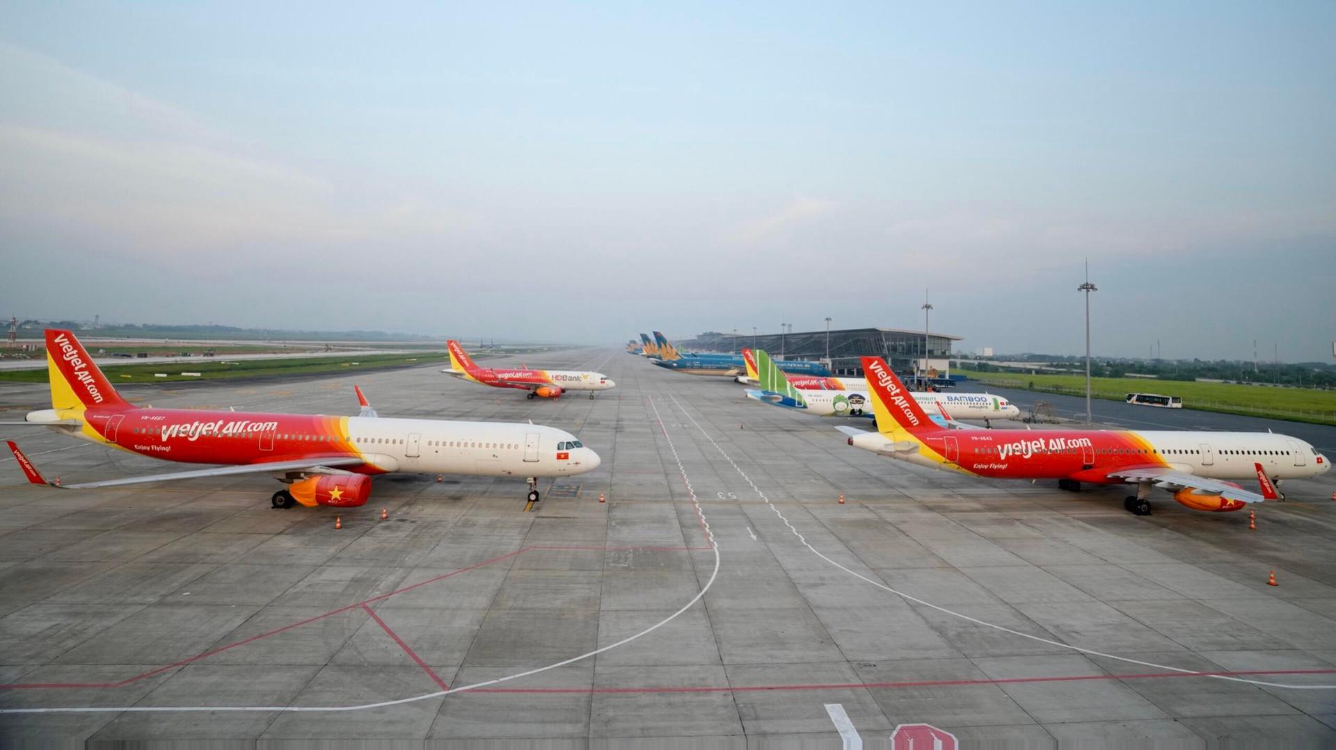 Máy bay của các hãng hàng không Việt Nam nằm sân tại Nội Bài do ảnh hưởng của dịch COVID-19.(Ảnh: CTV/Vietnam+)