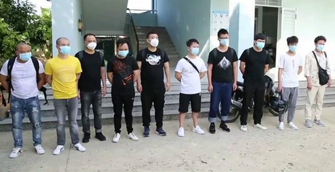 Tạm giam hai lái xe chở nhóm người Trung Quốc nhập cảnh trái phép-1