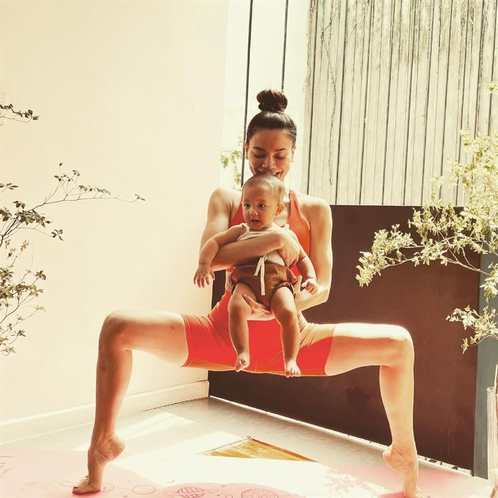 Hồ Ngọc Hà bị chỉ trích tập yoga cũng mang con ra câu like-3