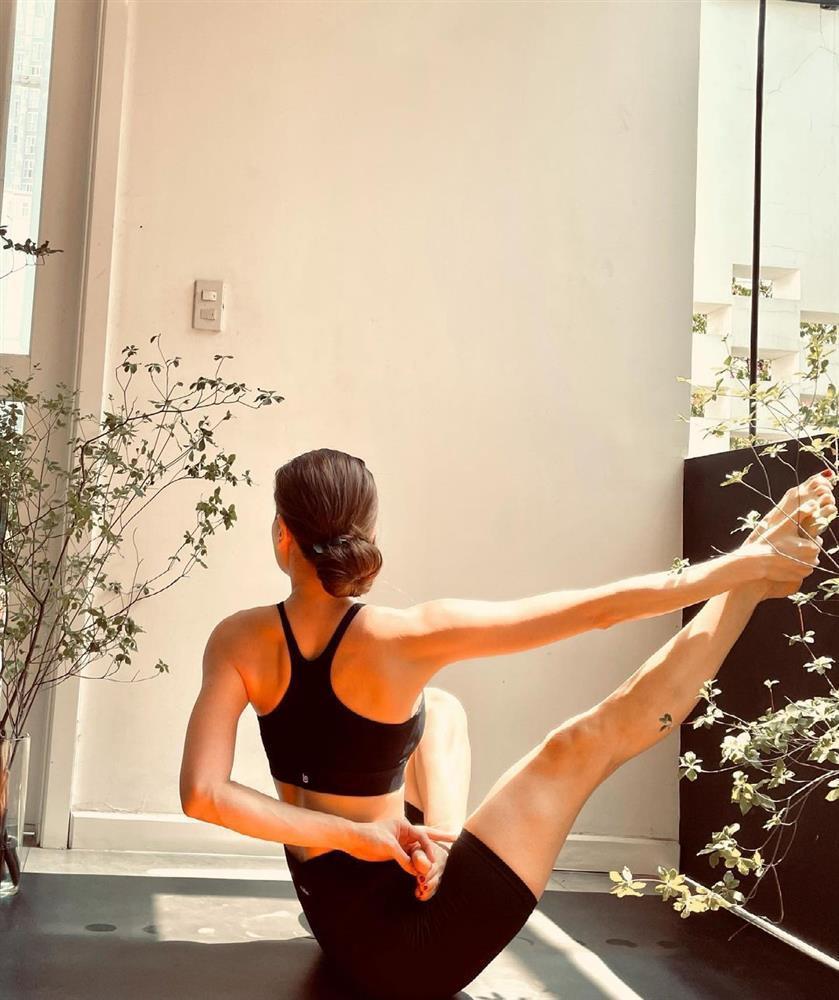 Hồ Ngọc Hà bị chỉ trích tập yoga cũng mang con ra câu like-5