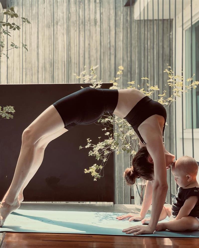 Hồ Ngọc Hà bị chỉ trích tập yoga cũng mang con ra câu like-6