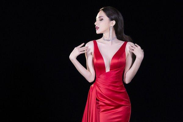 bộ ngực nhân tạo nóng bỏng của Hoa hậu Hương Giang 2