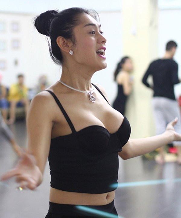 Lâm Khánh Chi khoe ngực phản cảm