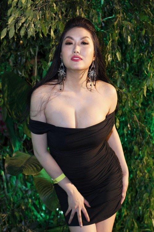 Phi Thanh Vân cuồng khoe ngực 3