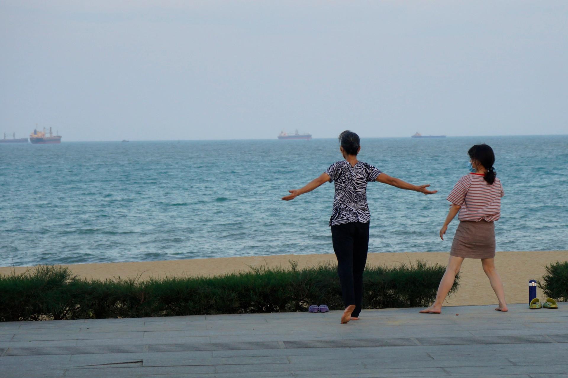 Biển Quy Nhơn vắng lặng sau lệnh cấm tắm để phòng dịch-7